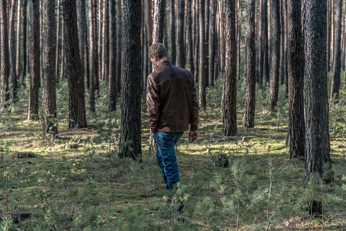 Chłopak w lesie